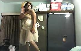 लड़की ने दिखाया अपना नंगा बदन
